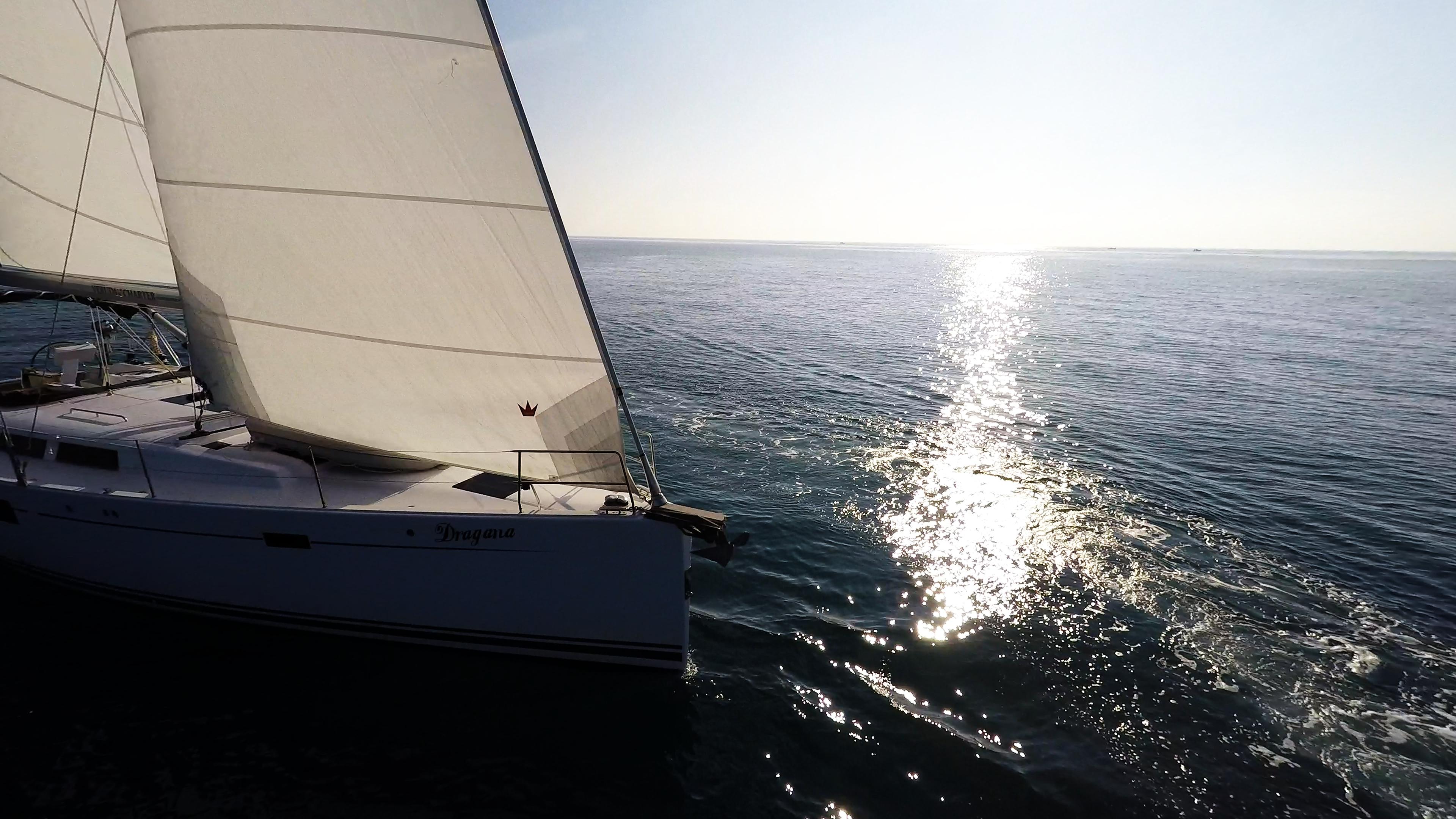 barcha a vela prua di yacht a vela veleggiare al mare sole