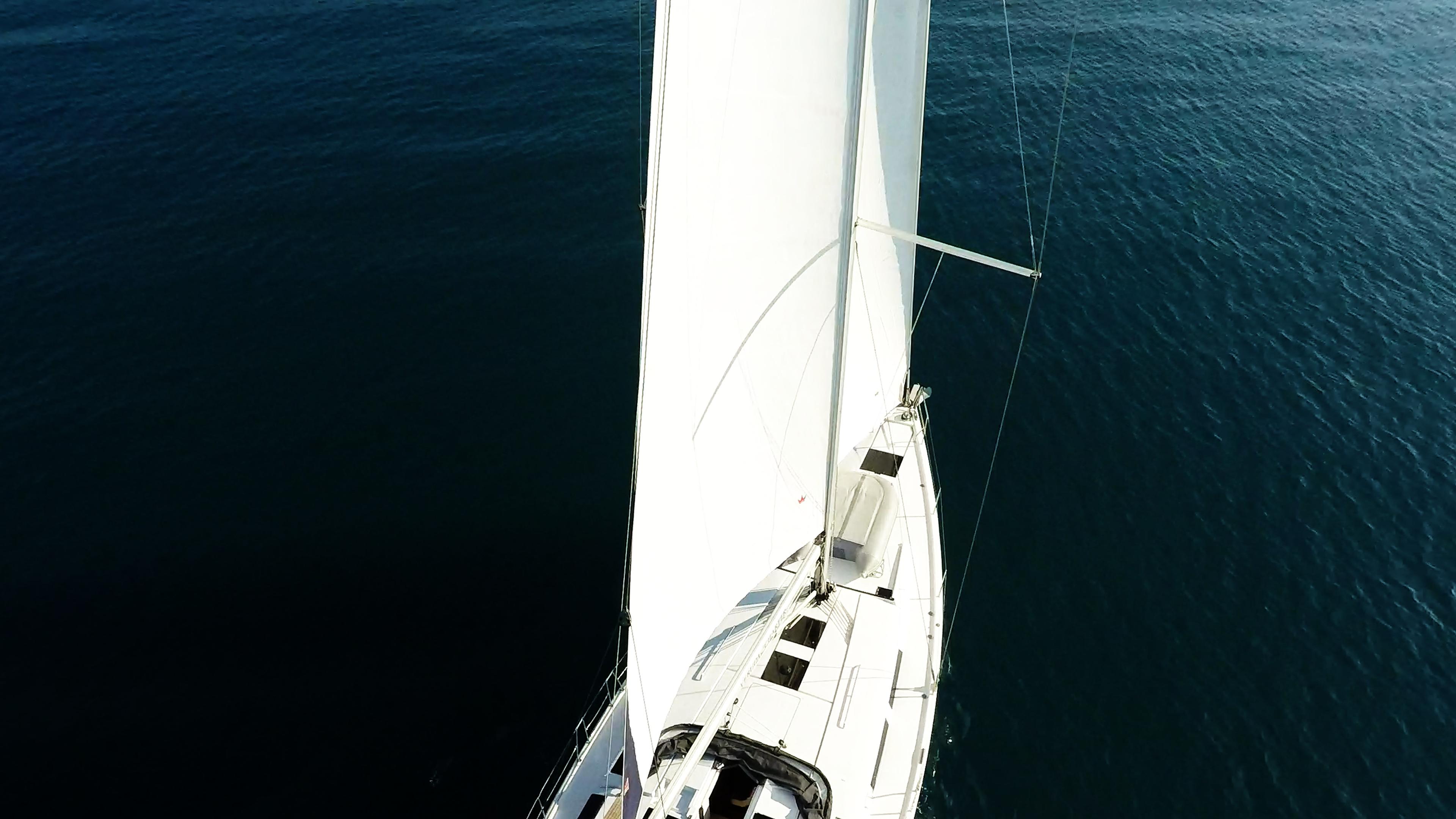 barcha a vela coperta per yacht a vela con le vele da sopra