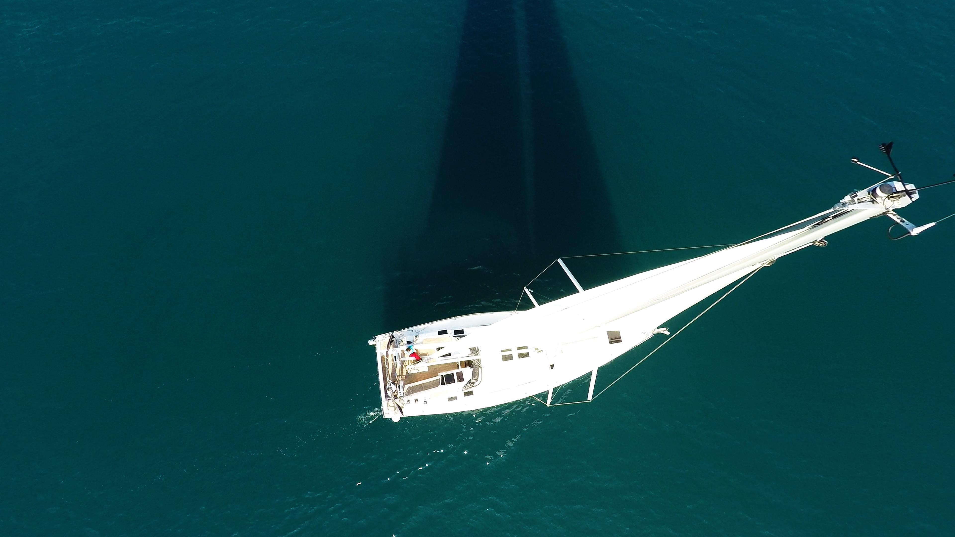 barcha a vela yacht a vela dall'aria vista verticalee nadir ponte vele mare blu