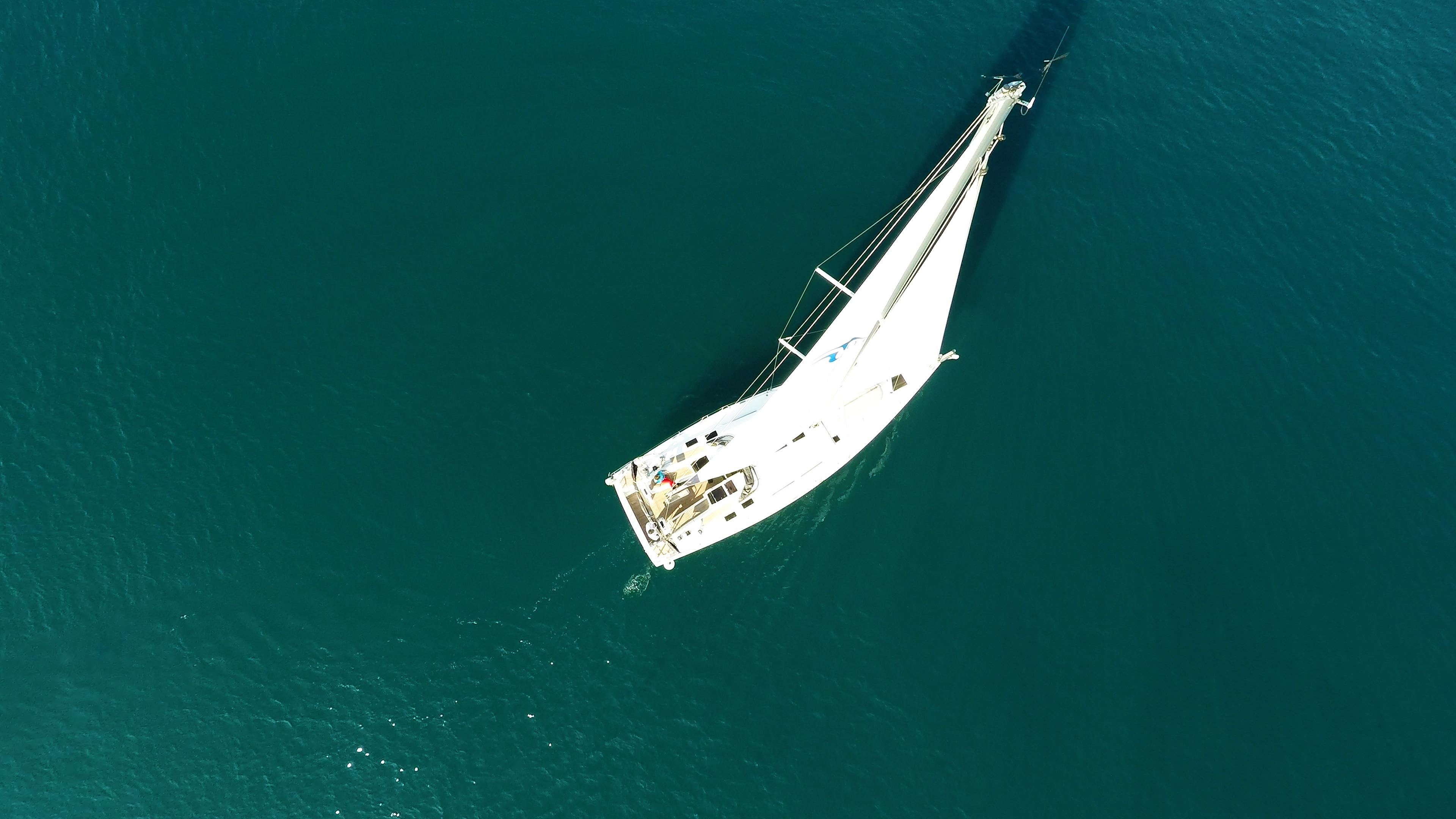barcha a vela yacht a vela Hanse 505 dalla verticalee sopra vele randa genova cima dell'albero mare