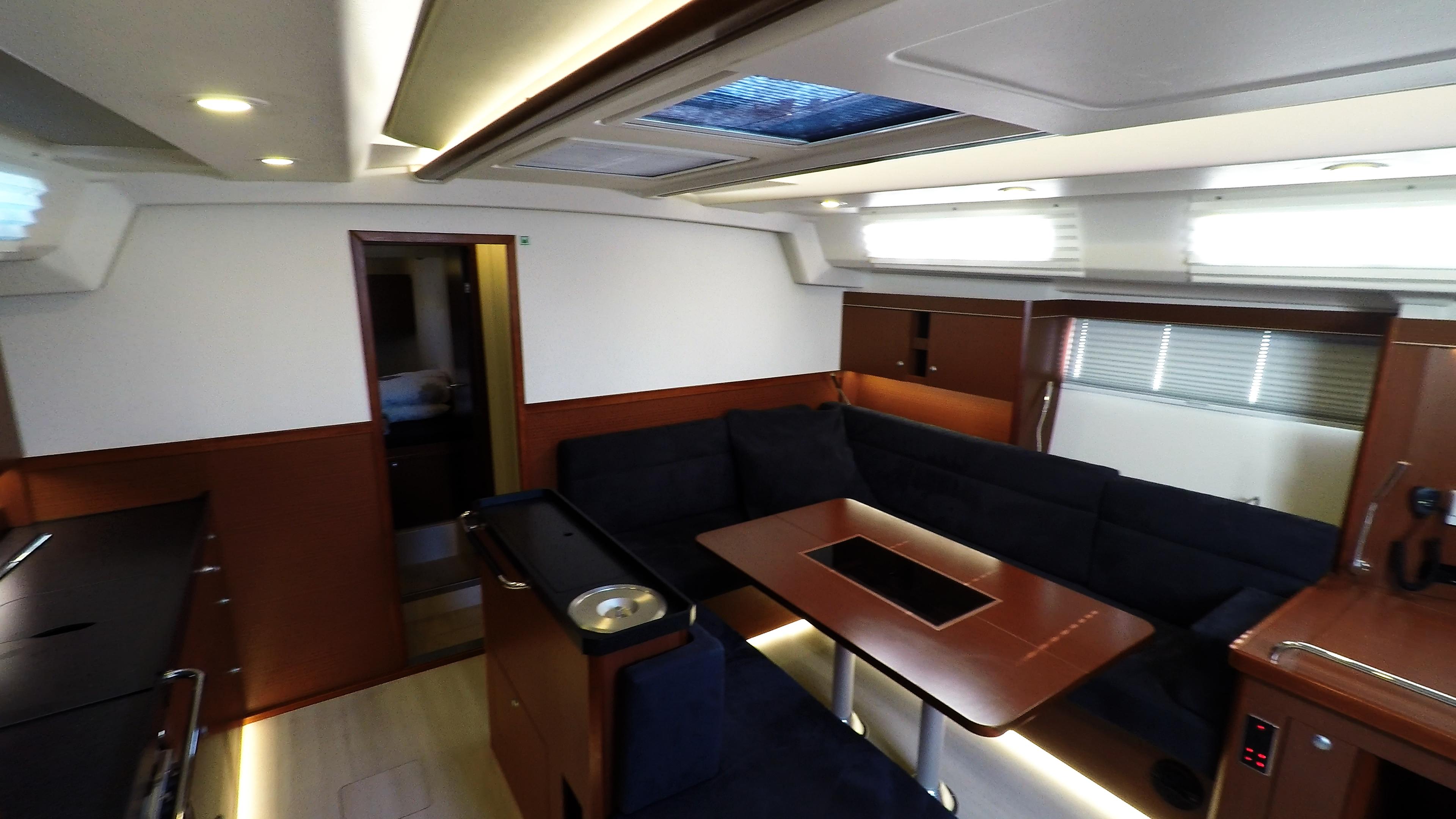 barcha a vela yacht a vela Hanse 505 salonee interno tavolo cambusa banco di navigazione