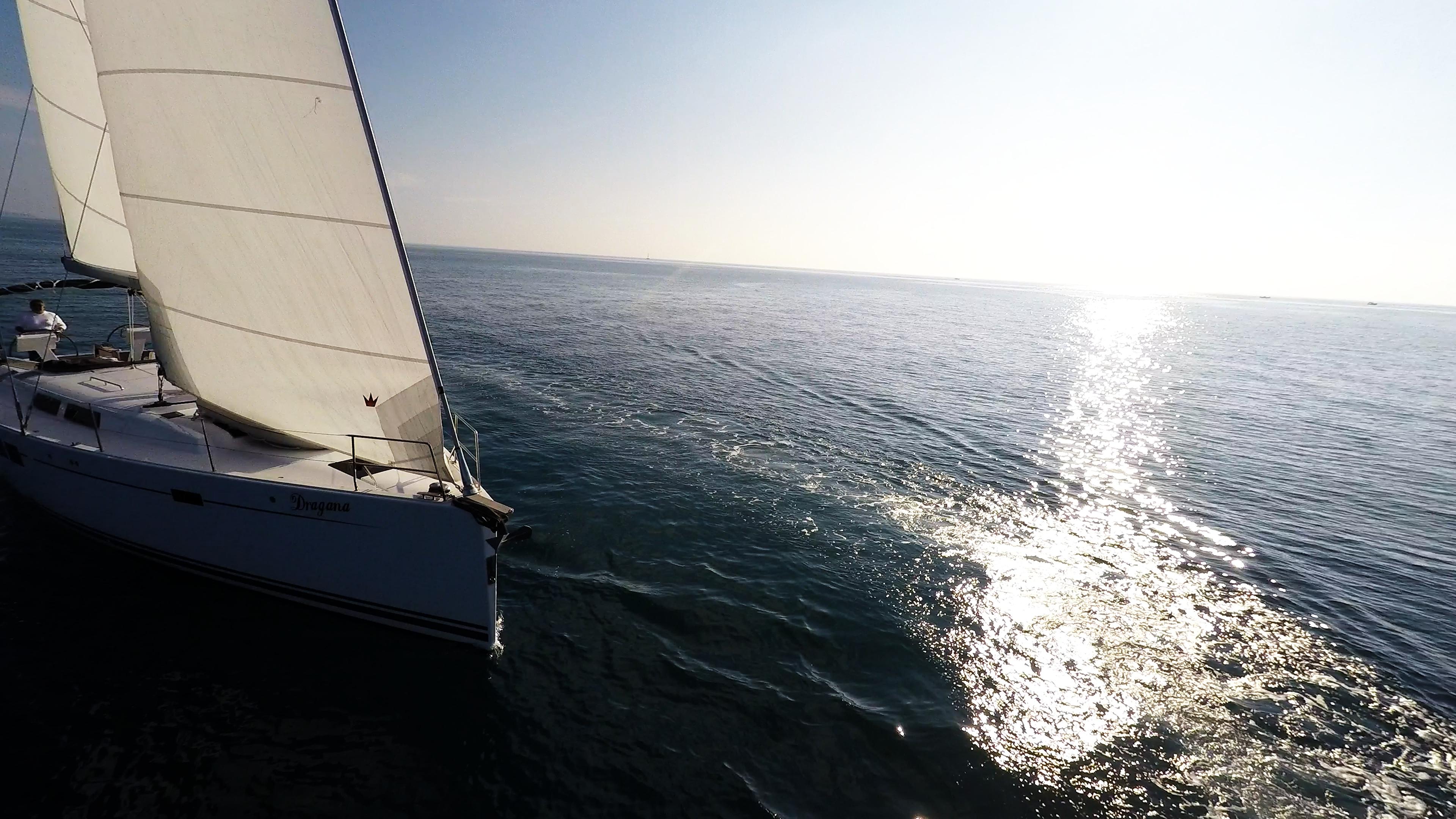 barcha a vela vele di yacht a vela mare scoppio del sole