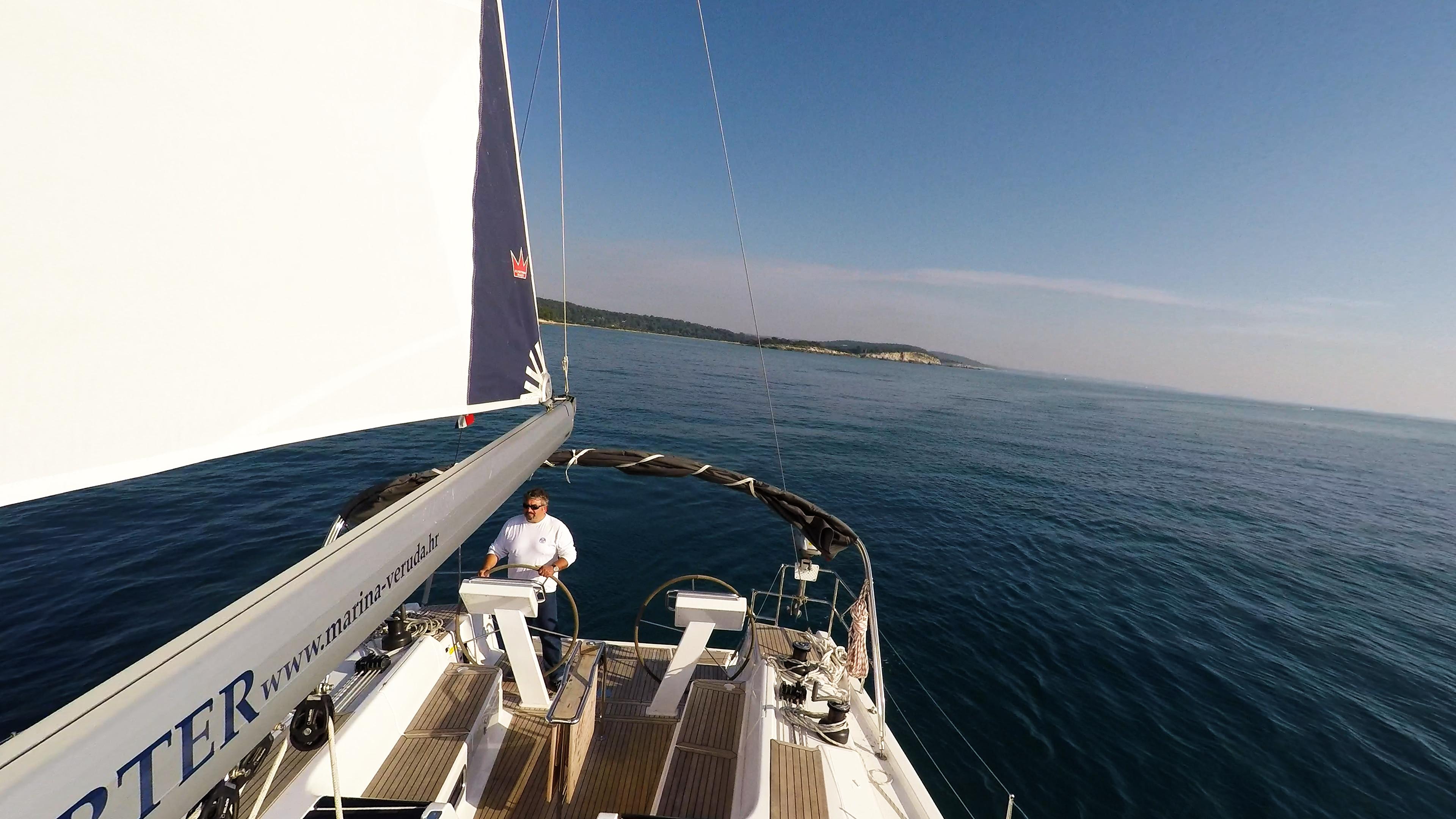 barcha a vela skipper doppio timone ruota boma vela yacht a vela pozzetto ponte barca a vela