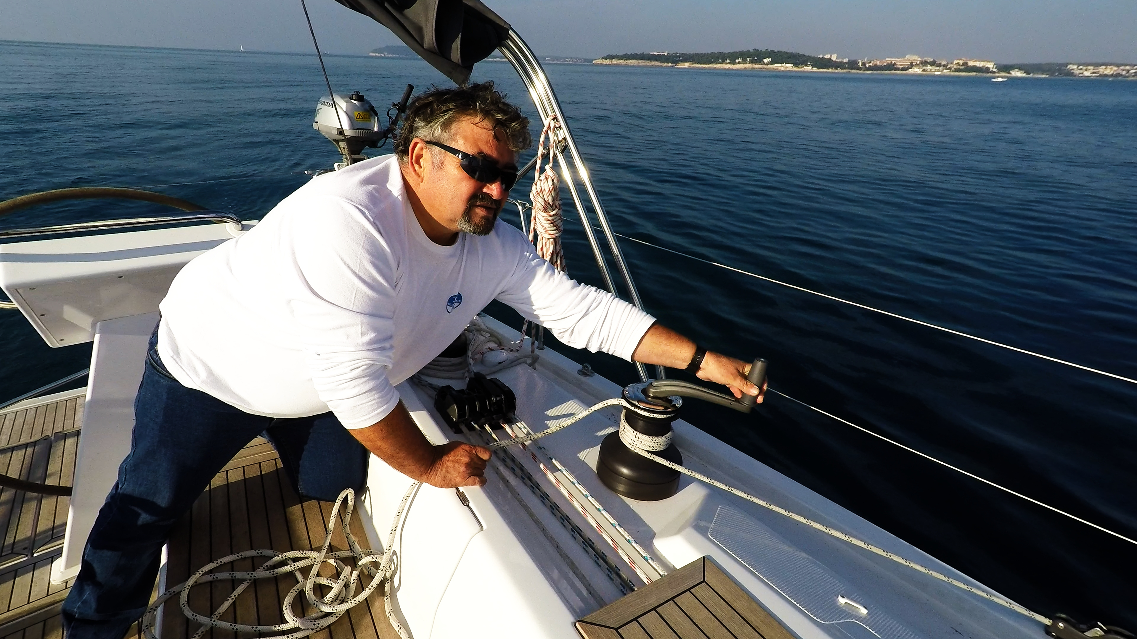 barcha a vela skipper sul maniglia dell'verricello yacht a vela Hanse 505