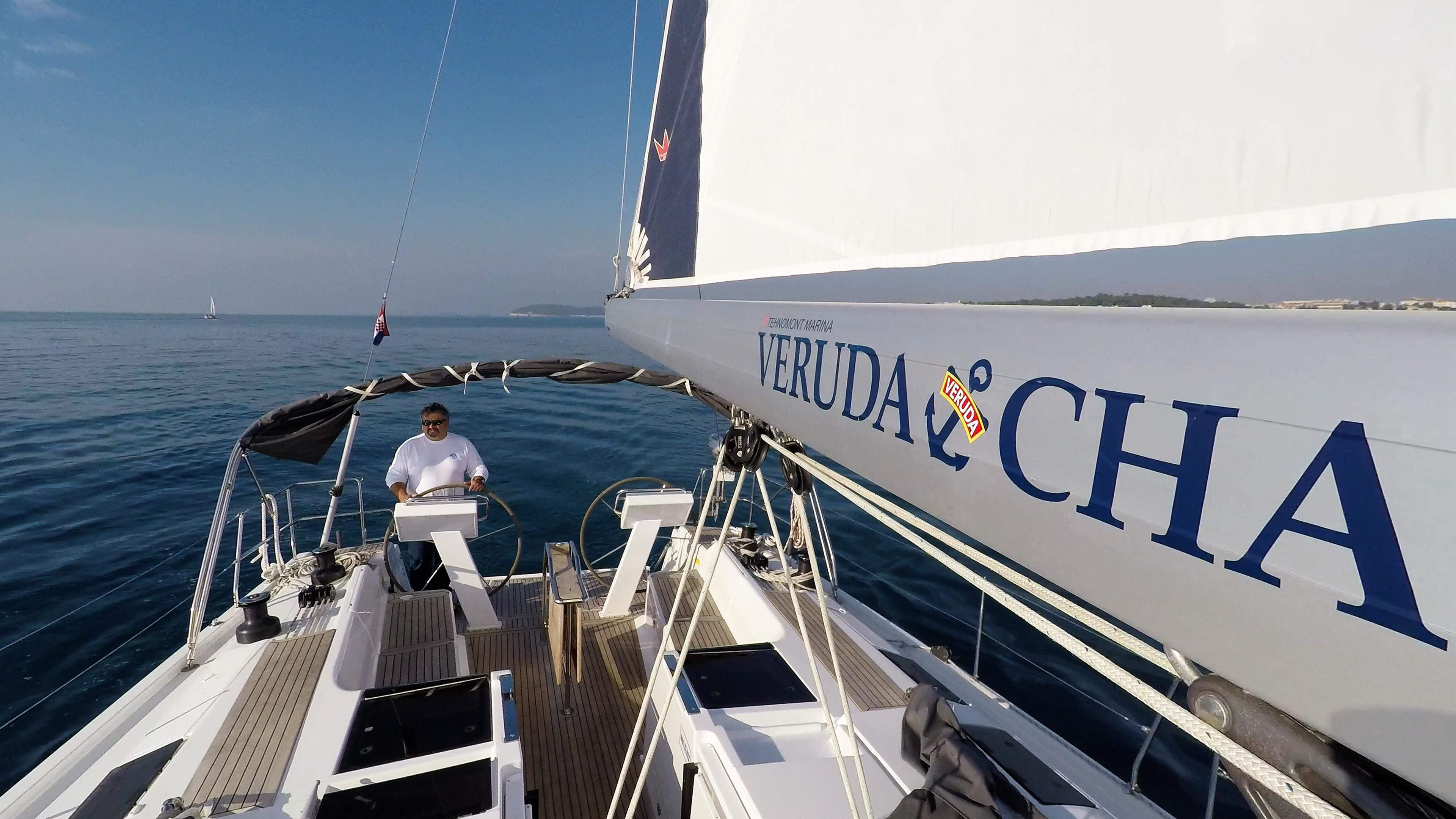 barcha a vela skipper yacht a vela boma veleggiare pozzetto teak timoni ruota