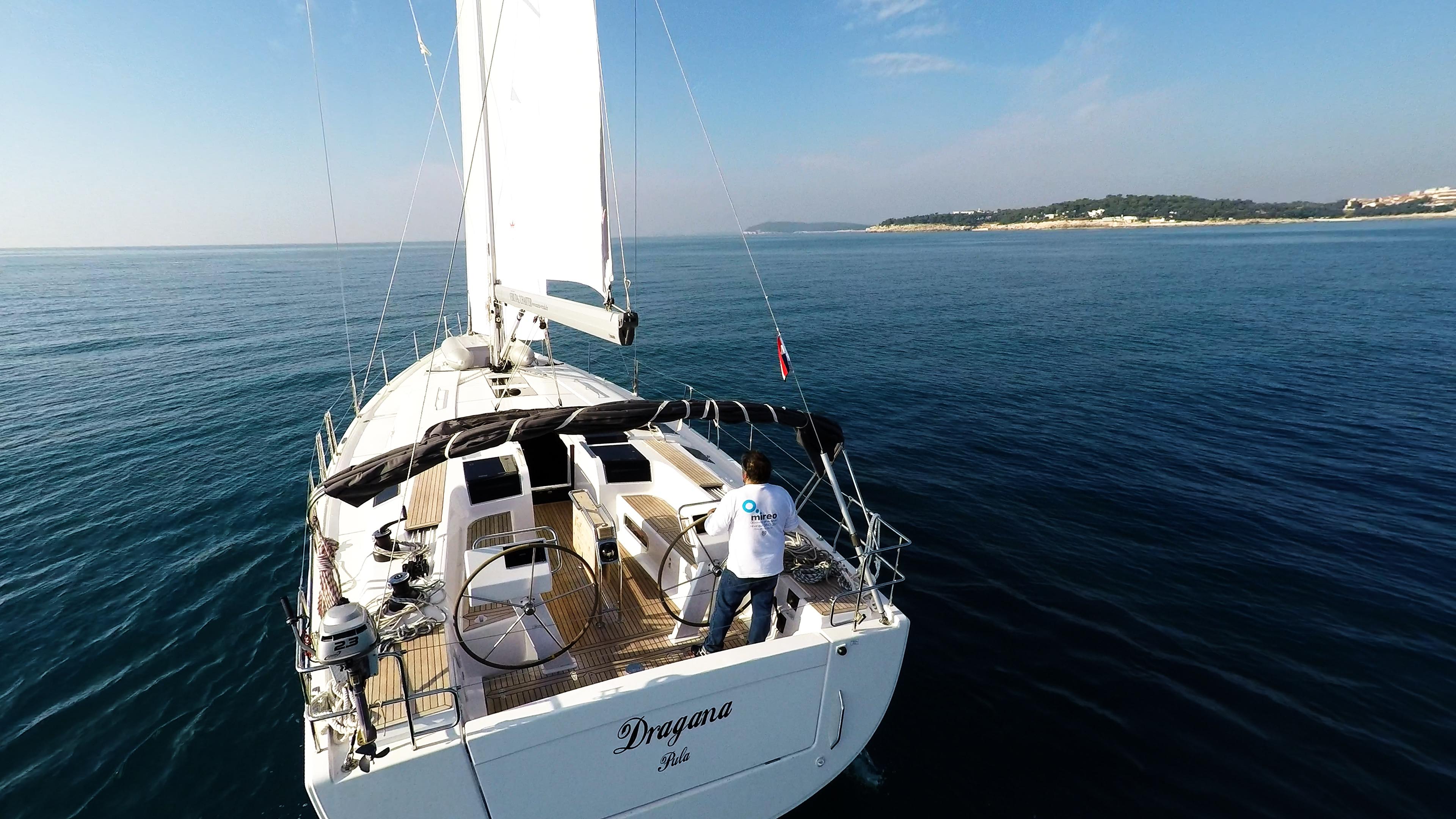 barcha a vela poppa pozzetto yacht a vela Hanse 505 vele