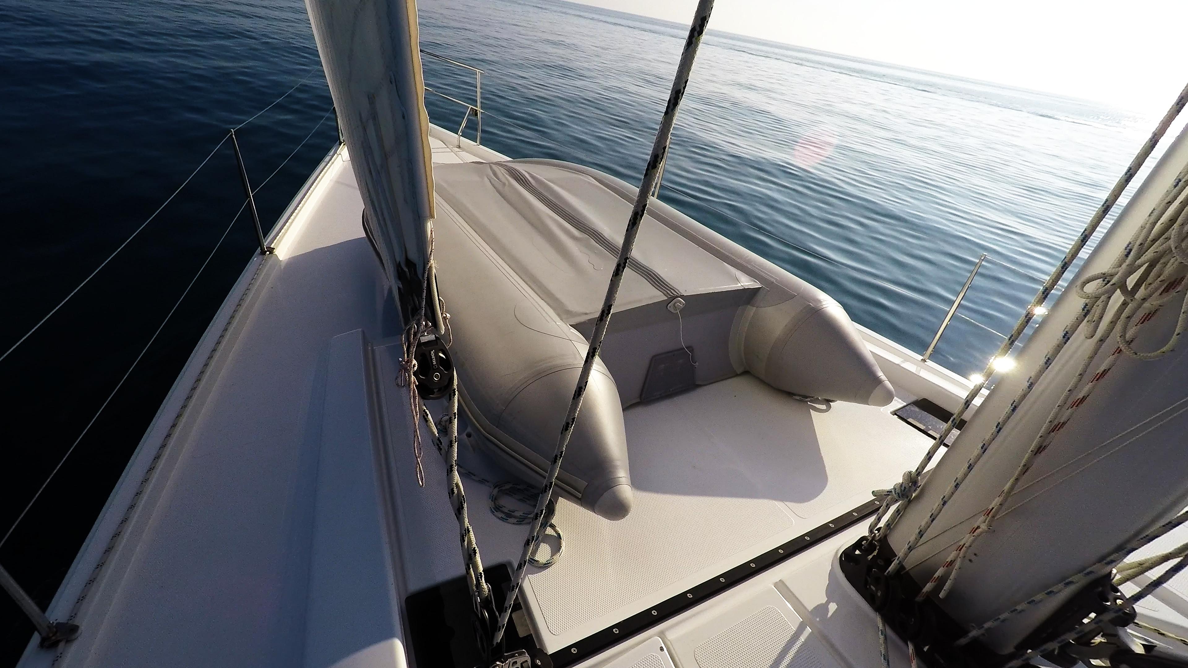 barcha a vela tender prua della barca a vela gommone veleggiare ponte