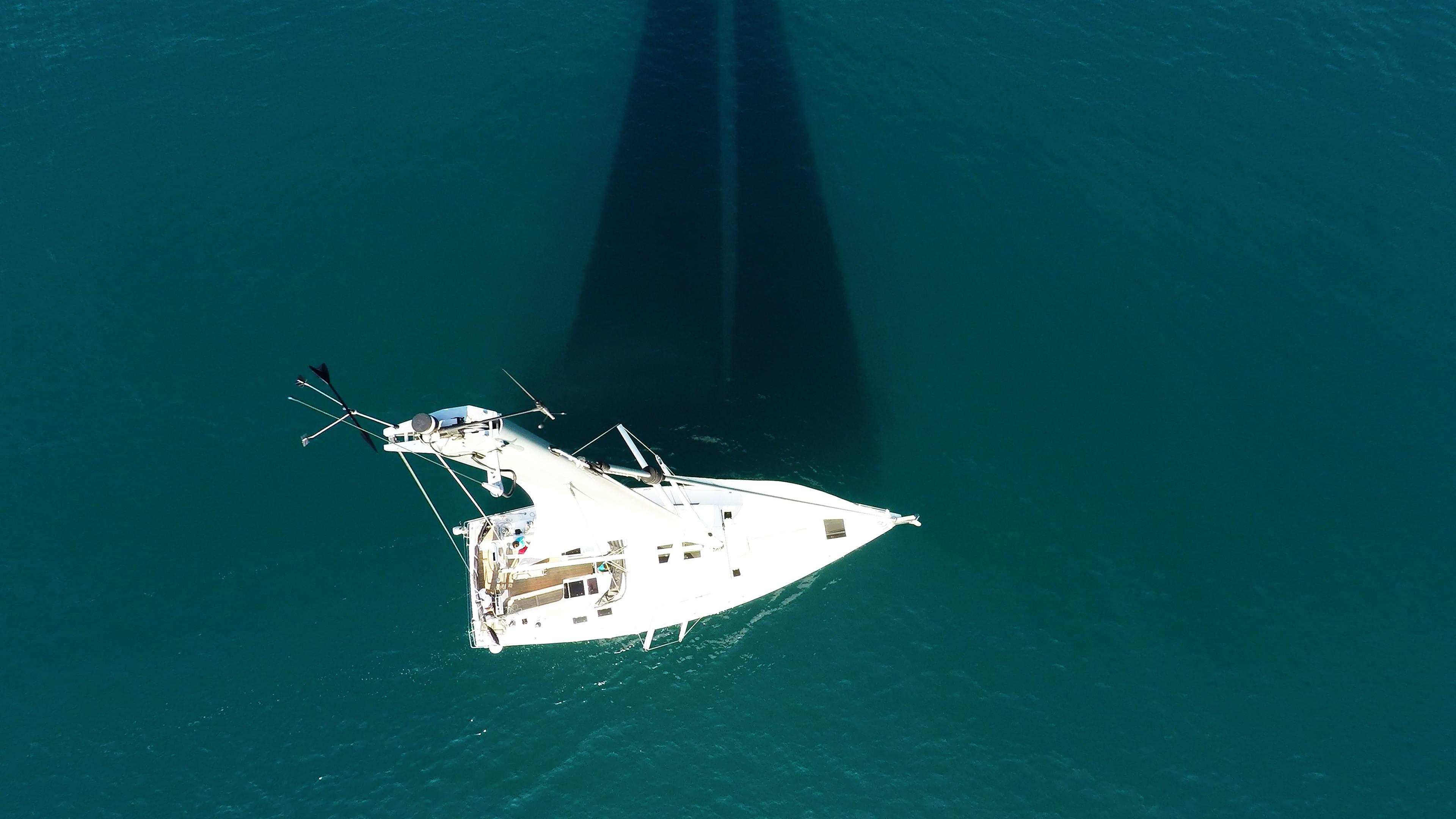 barcha a vela cima dell'albero nadir vista verticalee barca a vela ponte per yacht albero sartiame