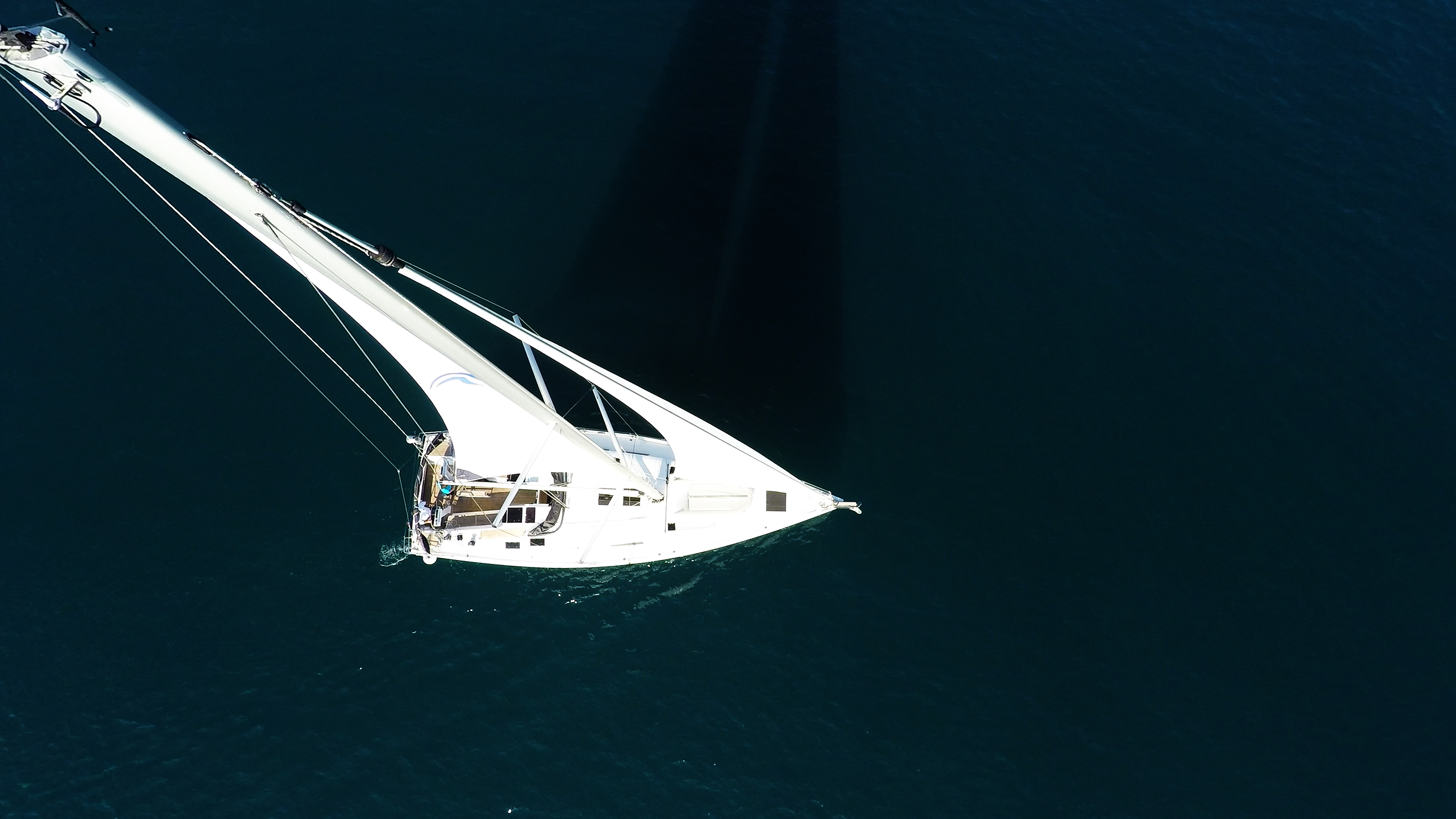 barcha a vela cima dell'albero sartiame vele yacht a vela mare blu