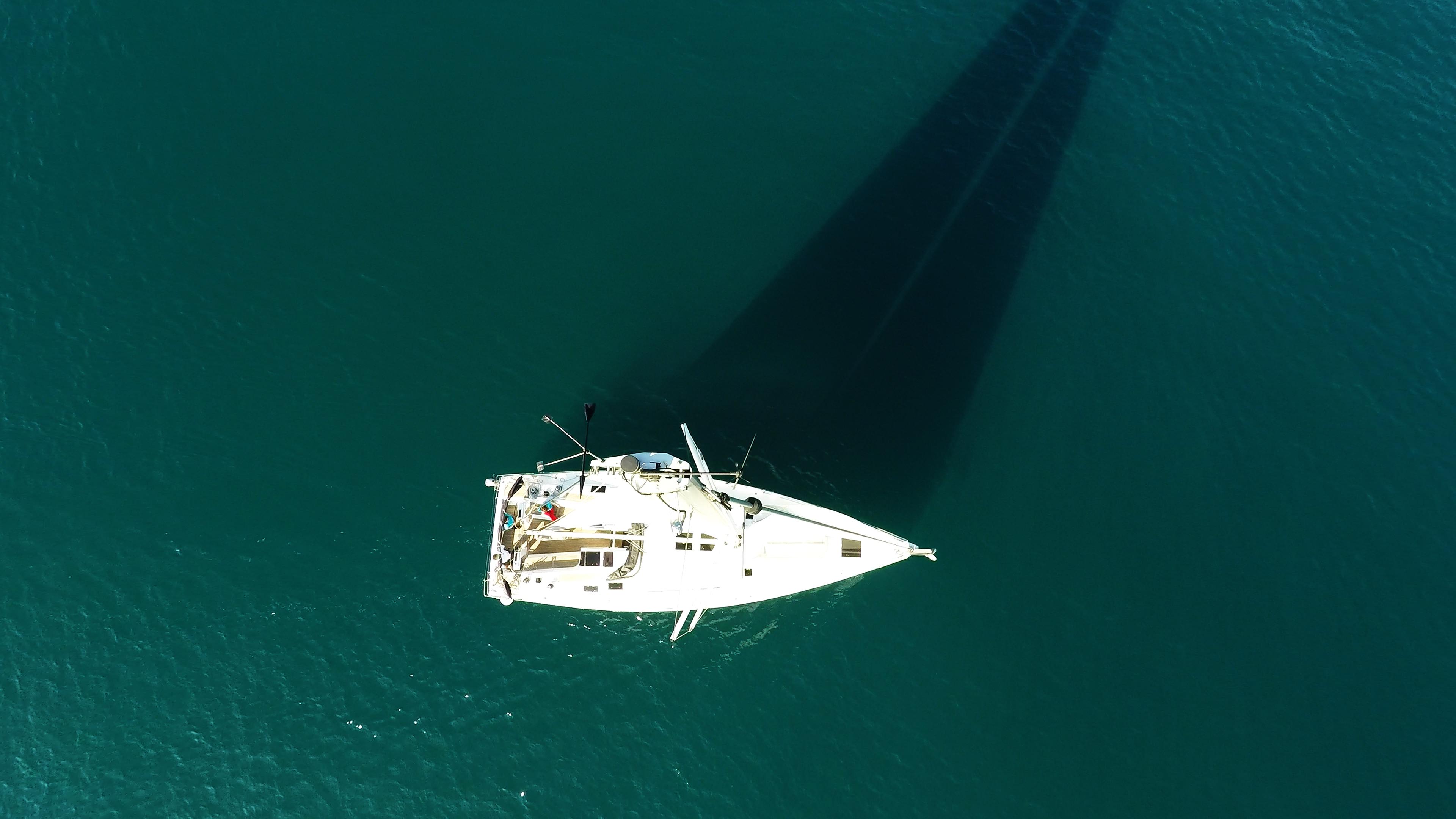 barcha a vela cima dell'albero vele sartiame barca a vela ponte barca veleggiare mare
