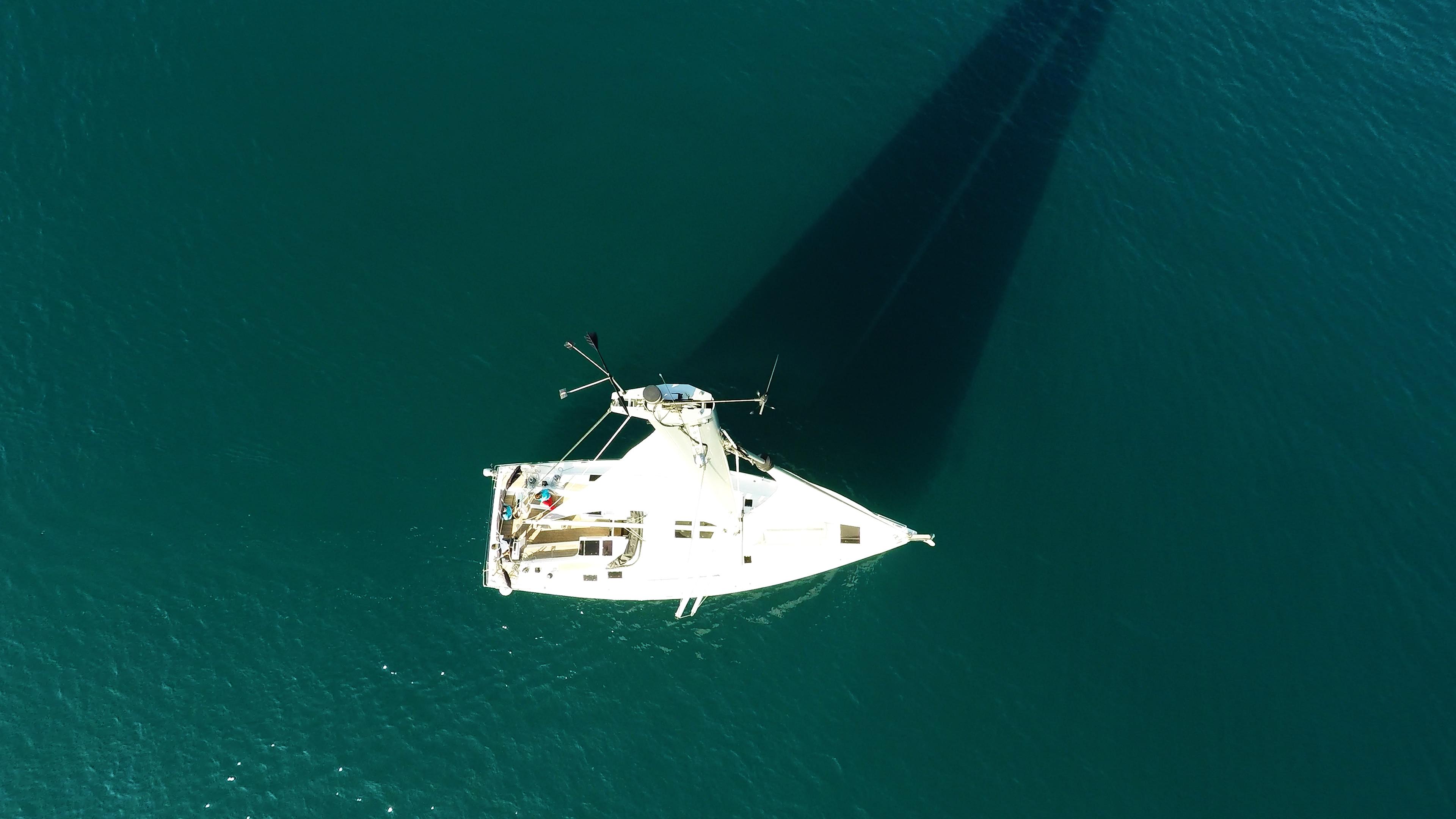 barcha a vela cima dell'albero vele sartiame coperta per yacht a vela mare Hanse 505
