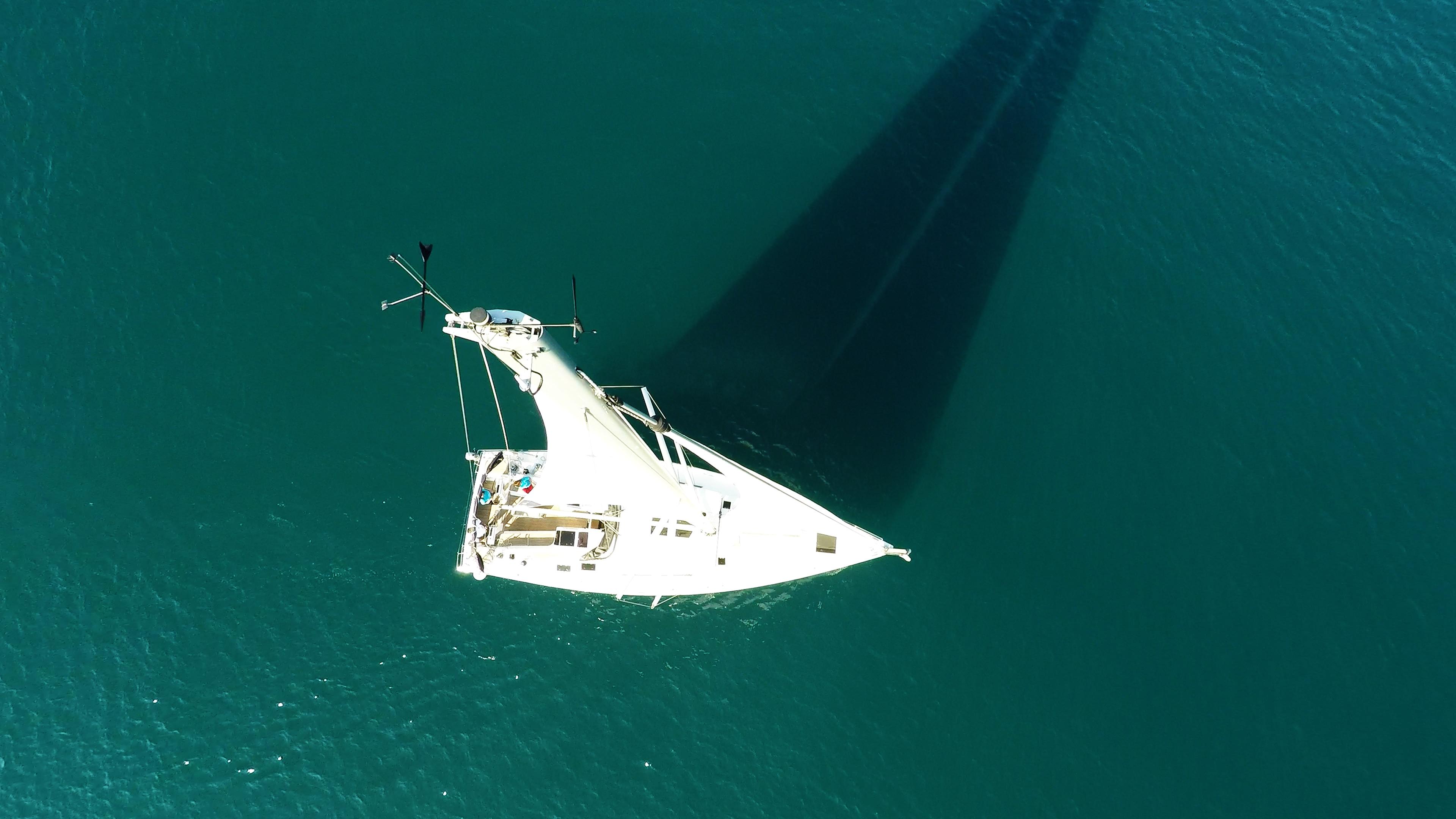 barcha a vela cima dell'albero vista verticalee nadir yacht a vela Hanse 505 ponte pozzetto mare barca a vela barca