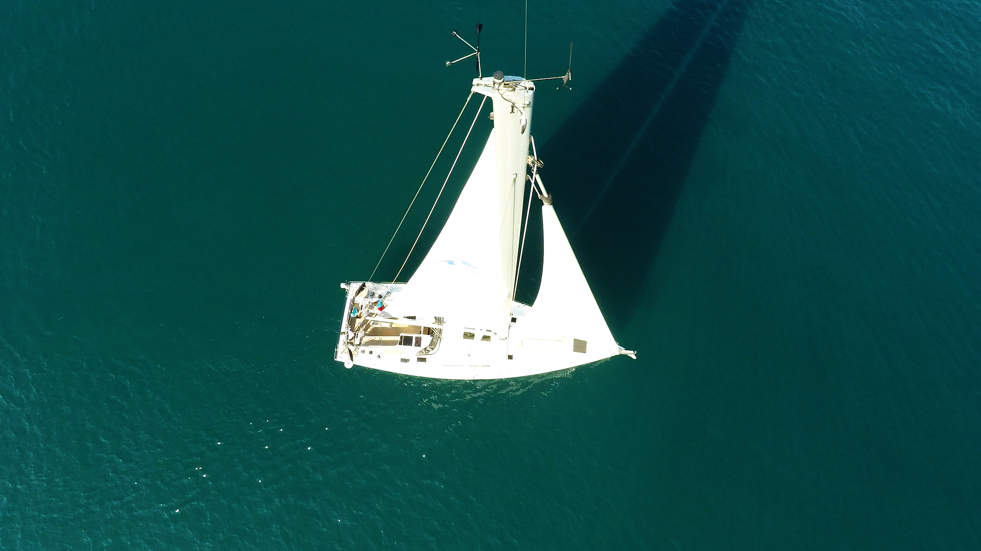 barcha a vela cima dell'albero indicatore del vento da sopra Hanse 505 vele di yacht a vela vela principale genova ponte pozzetto