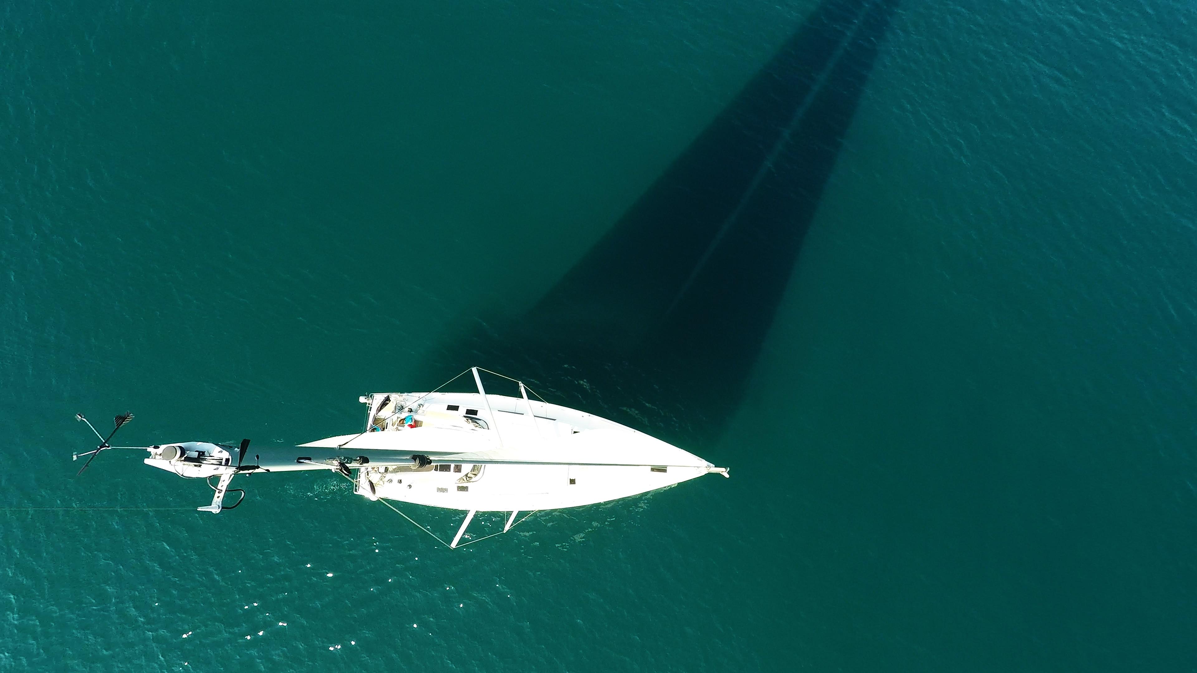 barcha a vela cima dell'albero indicatore del vento barca a vela Hanse 505 veleggiare mare ponte