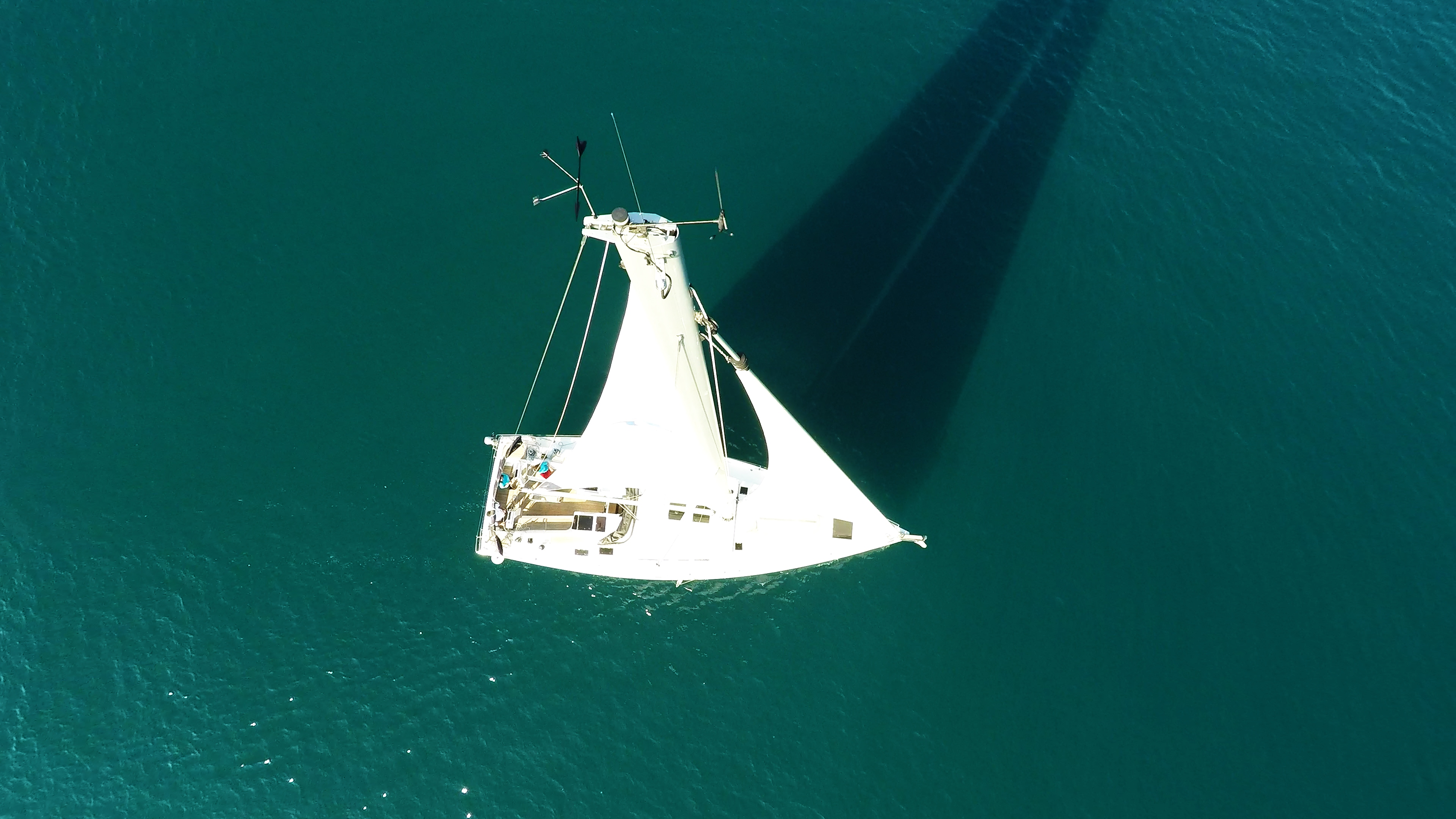 barcha a vela cima dell'albero indicatore del vento yacht a vela Hanse 505 ponte sartiame randa genova pozzetto