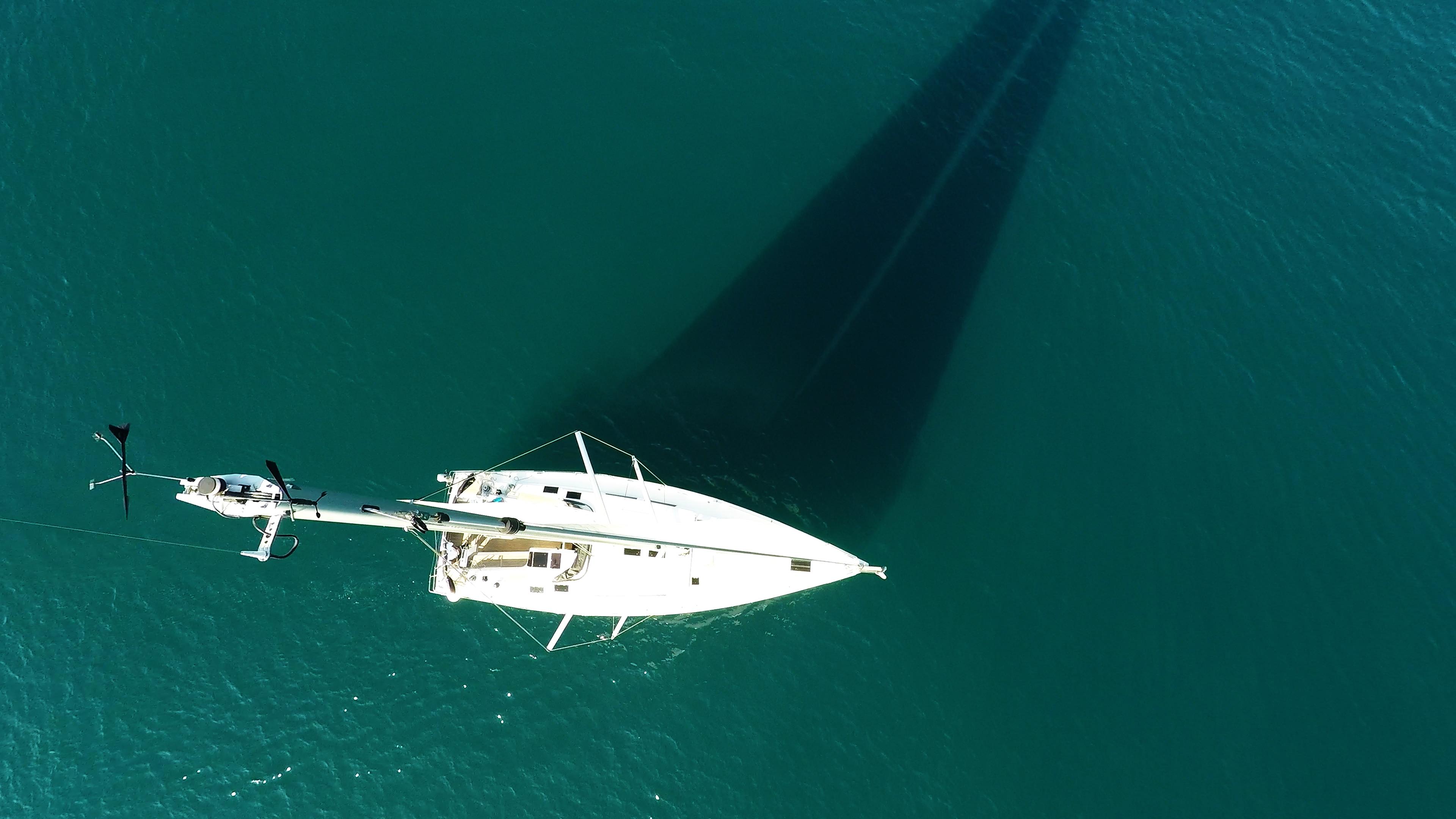 barcha a vela cima dell'albero indicatore del vento yacht a vela Hanse 505 vele ponte genova mare