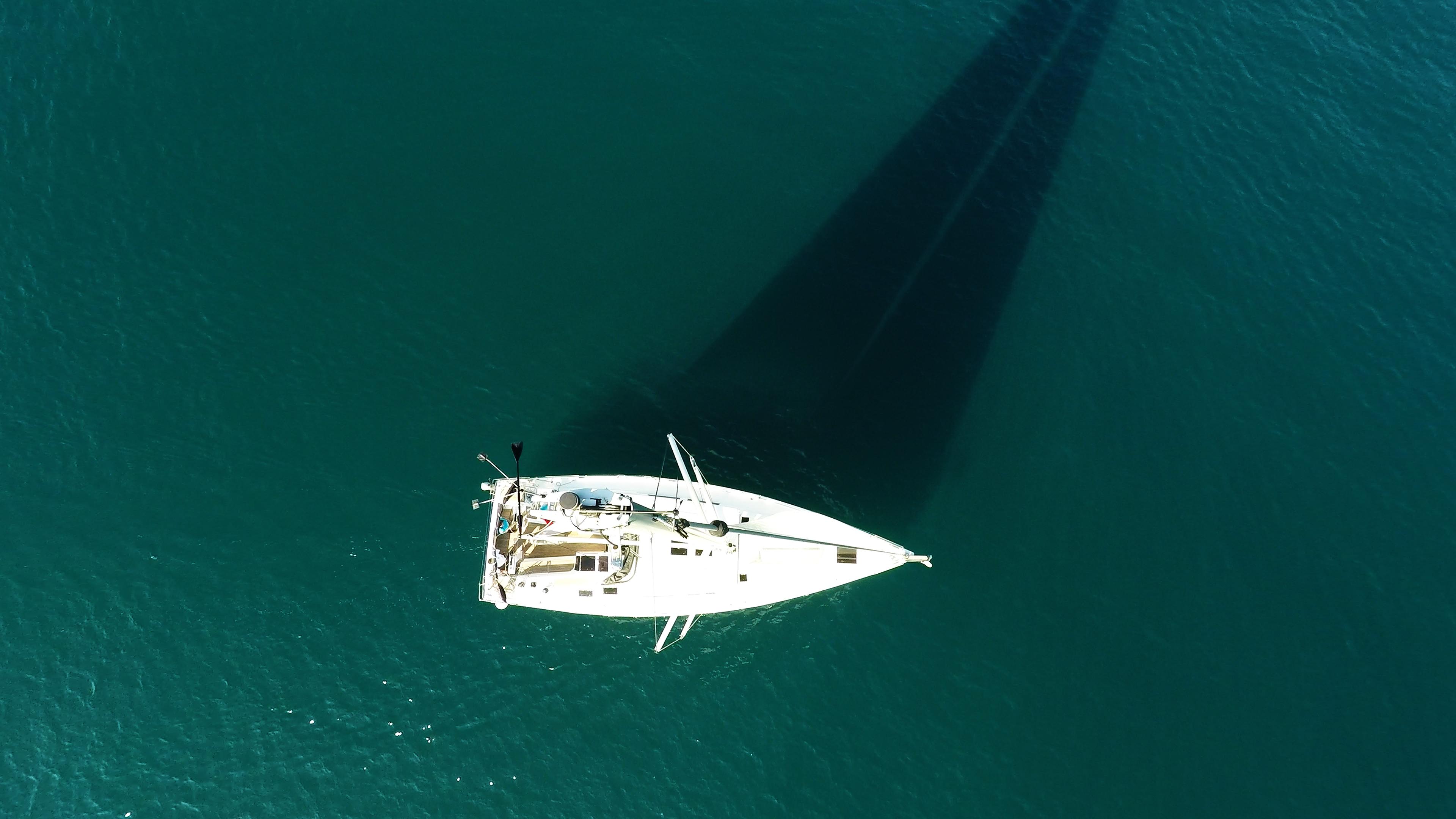 barcha a vela cima dell'albero indicatore del vento yacht a vela mare pozzetto ponte