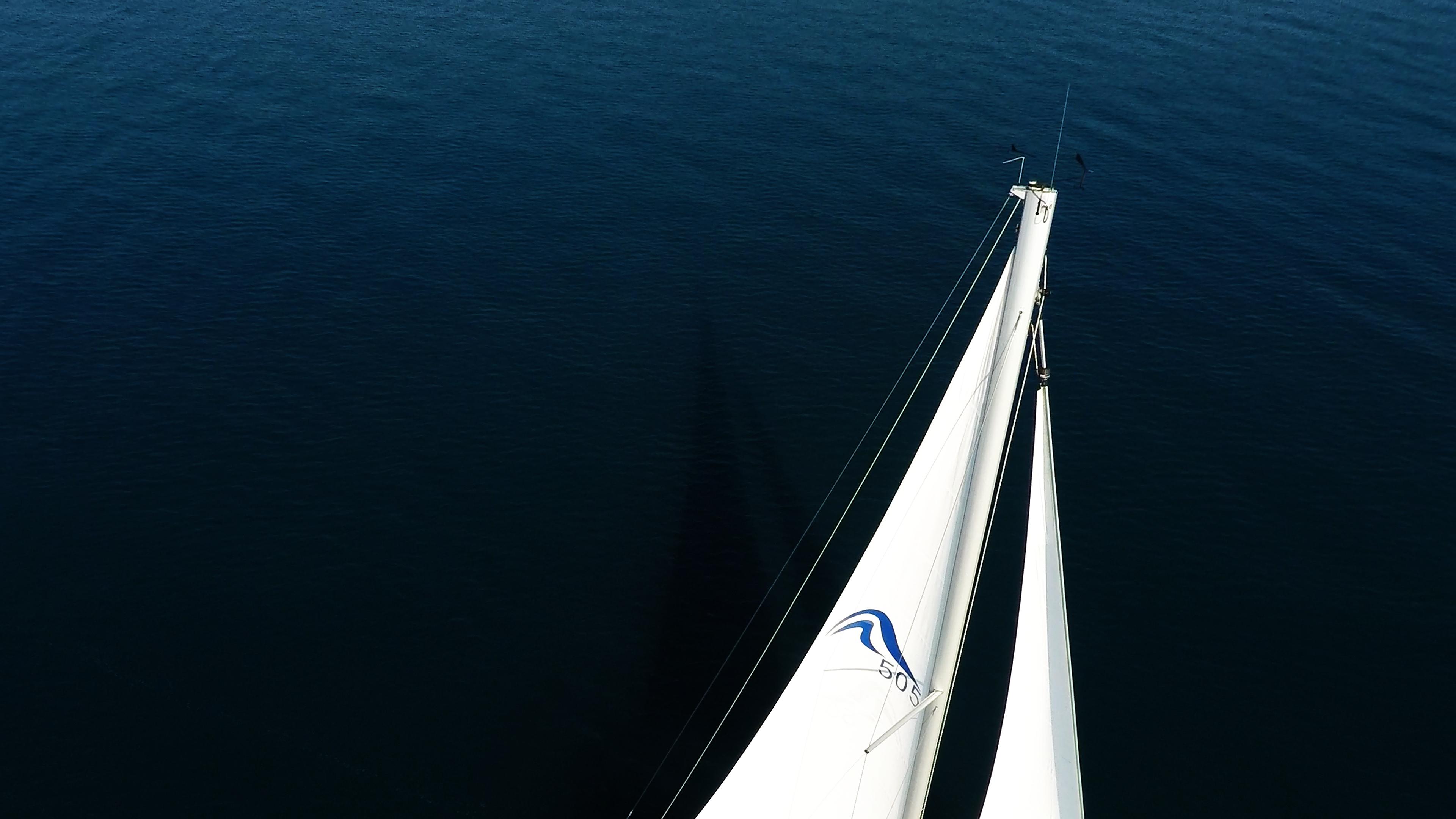 barcha a vela cima dell'alberosopra yacht a vela