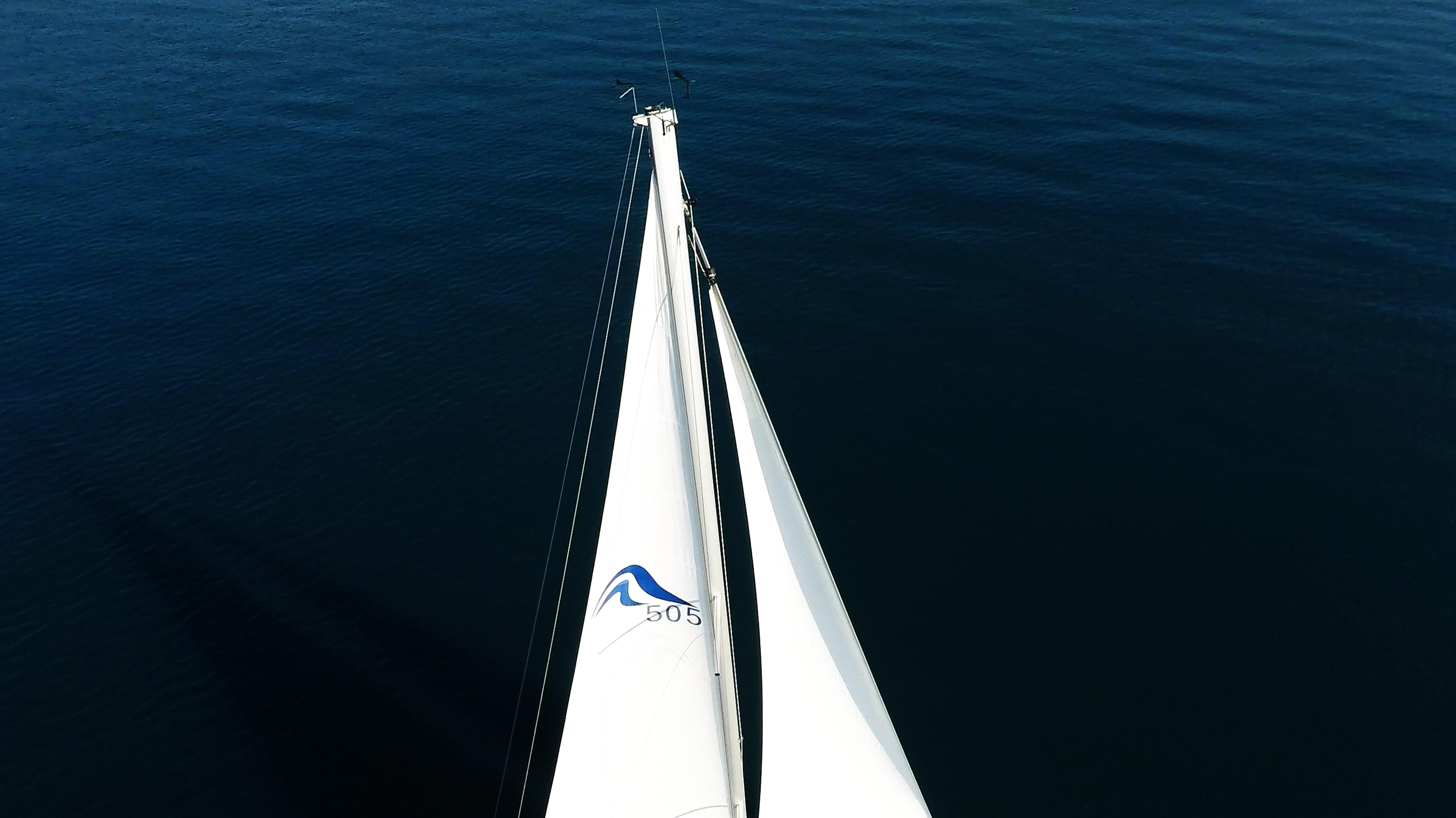 barcha a vela cima dell'albero con la vela principalee genovasopra yacht a vela