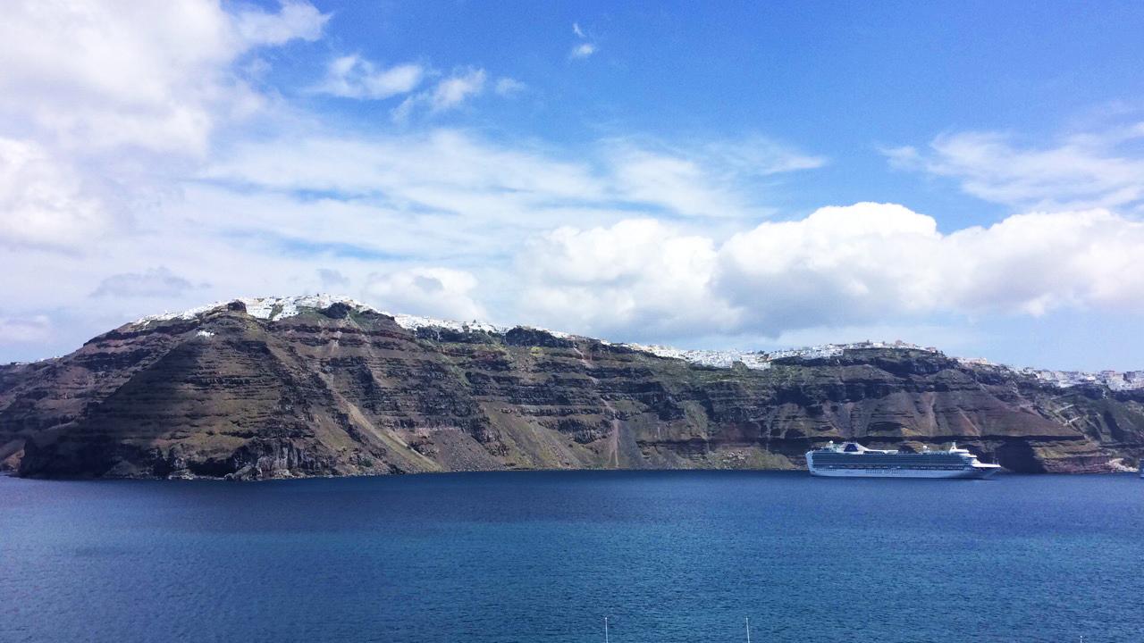 nave da crociera Santorini Grecia cielo blu costa del mare isola
